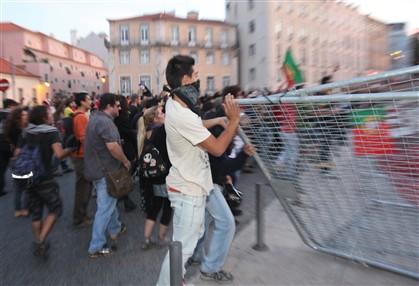 Polícia detém sete manifestantes junto ao Parlamento