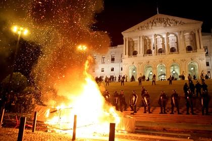 Onze feridos e um detido frente à Assembleia da República