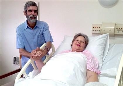 A mulher no hospital, acompanhada do marido.