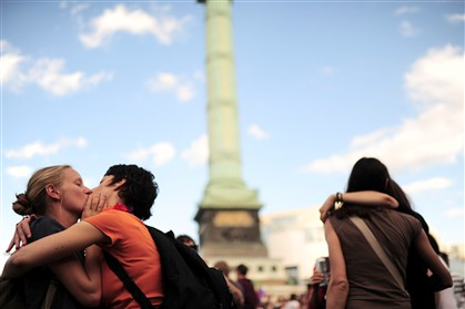 Casal homossexual beija-se durante a parada do Gay Pride 2011 na Praça da Bastilha em Paris