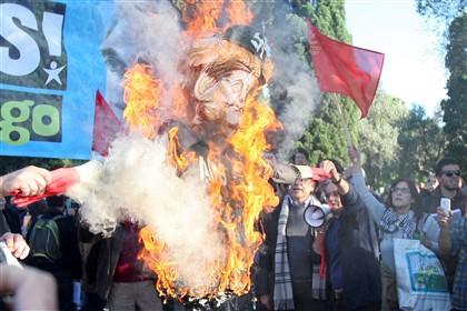 Menos de 100 manifestantes no CCB após saída da chanceler