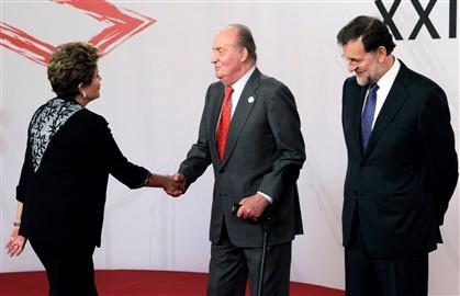 Dilma Rousseff cumprimenta o rei Juan Carlos, ao lado do qual está Mariano Rajoy