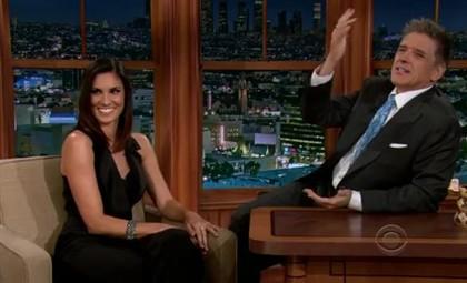 Daniela Ruah e o apresentador da CBS Craig Ferguson