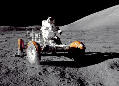 Cernan na superfície lunar
