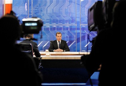 Medvedev durante a entrevista com os canais televisivos russos