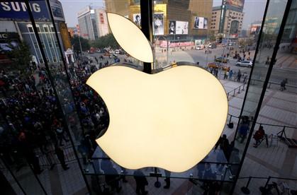 Centenas de pessoas esperam para entrarem numa Apple Store, em Pequim.