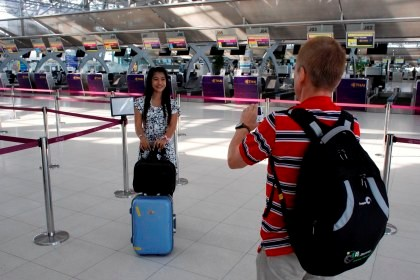Casal tira uma fotografia no areoporto de Suvarnabhumi.