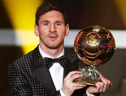 Messi usa fato às bolinhas da Dolce & Gabbana