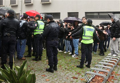 Os alunos da Escola Secundária de Alberto Sampaio mobilizaram-se esta manhã contra os mega agrupamentos
