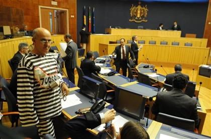 José Manuel Coelho apresentou-se assim vestido na Assembleia Legislativa da Madeira