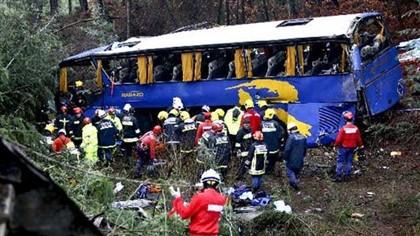 Acidente mata 11 pessoas e faz 32 feridos, autocarro já foi retirado do local