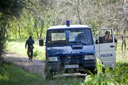 Agentes da PSP perto do local onde foram encontrados os corpos das duas crianças