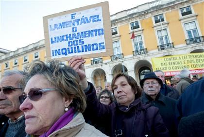 Manifestação, junto ao ministério da agricultura, da Associação dos Inquilinos de Lisboa para pedir a revogação da lei do arrendamento