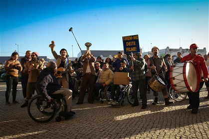 A manifestação dos deficientes contou com a ajuda dos Homens da Luta