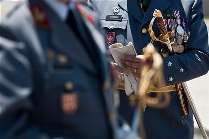 Governo admite reduzir oito mil militares até 2020
