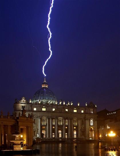 Um raio aparentemente cai sobre a Basília de São Pedro, no Vaticano, no dia em que Bento XVI anuncia a sua resignação