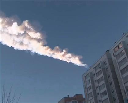 Imagens de fumo deixado por um objeto que caiu na região dos montes Urais