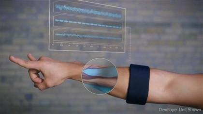 Pulseira permite controlar quase tudo com gestos