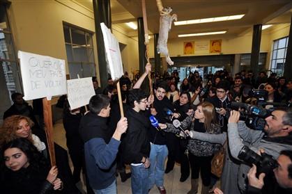 Os estudantes receberam Passos com um coelho enforcado