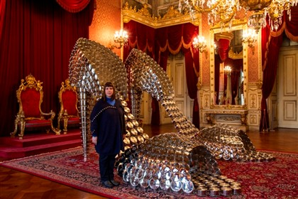 Joana Vasconcelos com os sapatos 'Marilyn', na sala do trono no Pal�cio da Ajuda