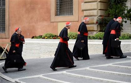 Cardeais chegam para reunião, hoje, no Vaticano