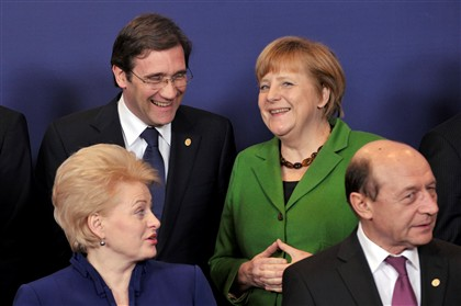 Pedro Passos Coelho, primeiro-ministro português, na cimeira de Bruxelas, com Angela Merkel, a chanceler da Alemanha