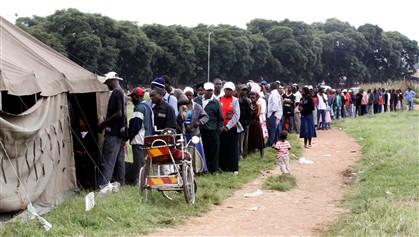Fila de eleitores para votar no referendo do Zimbabué sobre a nova Constituição