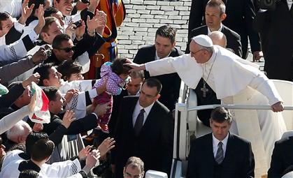 O Papa que agarra o braço das pessoas