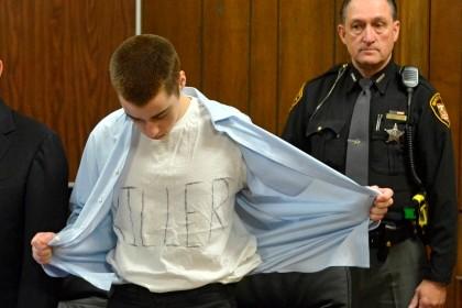"""Lane no momento em que revela ao tribunal a sua camisola com a palavra """"killer"""" (assassino)."""