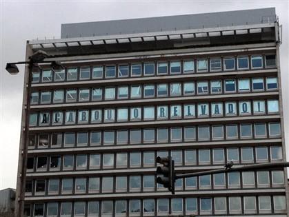 Agência deixa mensagem para Relvas nas janelas