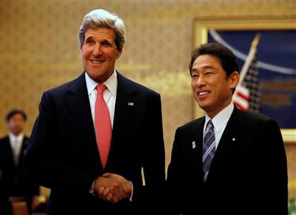 John Kerry com o ministro do Negócios Estrangeiros japonês, Fumio Kishida