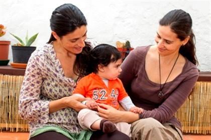 O Diário de Notícias publicou hoje uma reportagem sobre a coadoção por casais homossexuais. Paula e Marlene consideram que ambas são mães de Simão de seis meses, concebido graças ao esperma doado por um amigo