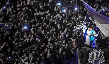 Milhares recebem campeões em euforia no Dragão