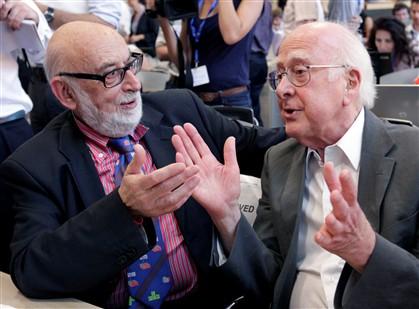 Os físicos Peter Higgs e François Englert
