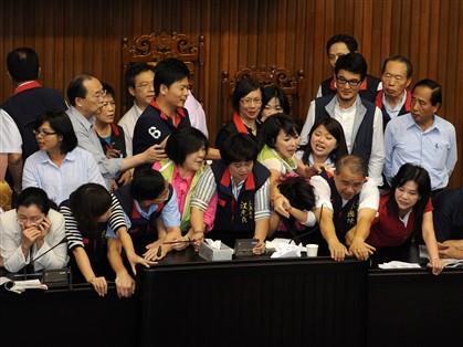 Deputados de Taiwan brigam por causa de impostos