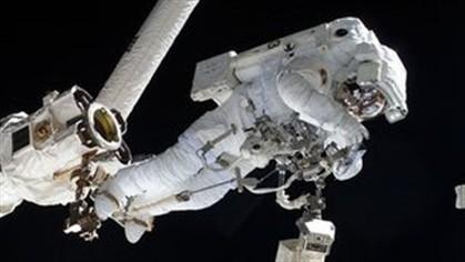 Fuga no capacete obriga astronauta a interromper saída