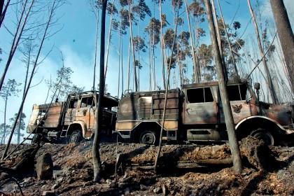 Quatro carros de bombeiros consumidos pelas chamas