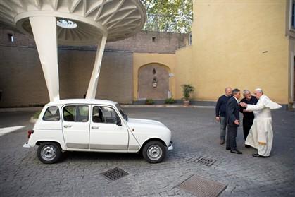 A Renault 4L foi oferecida a Francisco por um padre de Verona.