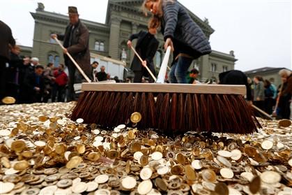 Oito milhões de moedas atiradas frente ao parlamento