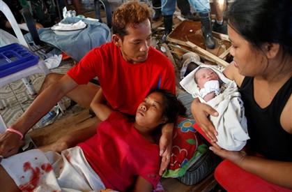 Emily Sagalis, de 21 anos, deu à luz num complexo de um aeroporto destruído. A filha vai chamar-se Beatriz, como a avó, disse a jovem mãe, citada hoje pelas agências noticiosas internacionais