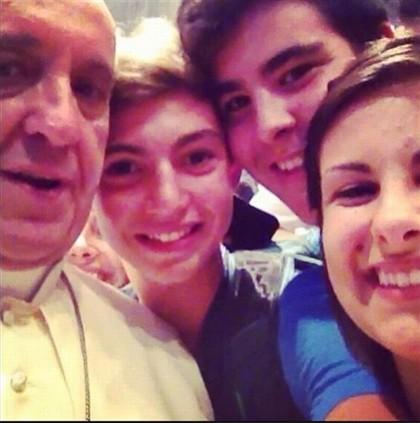 Autorretrato do Papa Francisco com um grupo de jovens foi colocado nas redes sociais e deu que falar