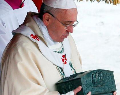 Papa Francisco com a urna que contém as relíquias de São Pedro