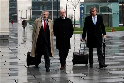 João Rendeiro (centro) com os seus advogados, José Miguel Júdice (esq.) e João Medeiros (dir.), hoje no Campus da Justiça