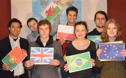 Mirco Cordeiro (à esq.) com alguns jovens do projeto