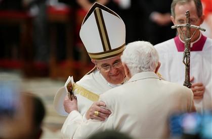 O Papa Francisco abraça o papa emérito Bento XVI (Fotografia © Reuters)