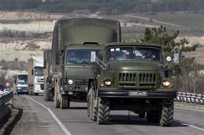 Camiões russos na estrada de Sevastopol a Simferopol, na região da Crimeia