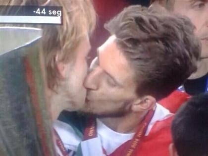 Daniel Carriço e Rakitic explicam o beijo
