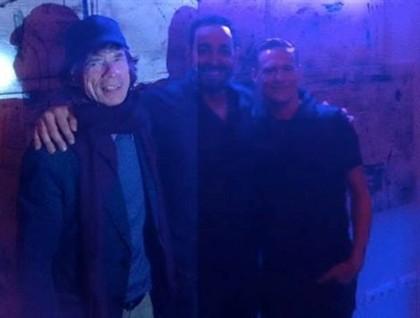 Mick Jagger (esq.), João Labarote (gerente do restaurante Station, centro) e Bryan Adams (dta.)