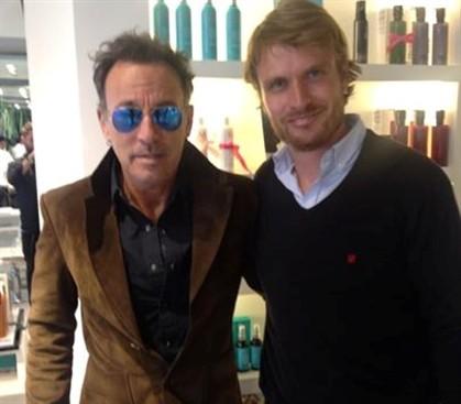 O cantor com o cabeleireiro Anton Beill, em Lisboa