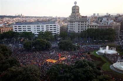 A Praça da Catalunha, em Barcelona, é palco de uma das muitas manifestações em Espanha